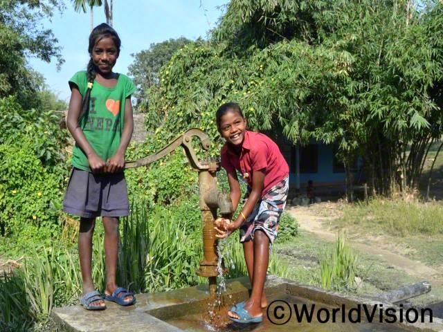 전에는 화장실이나 수도가 없어서 강에서 목욕하곤 했어요. 지금은 집근처에 수돗가가 생겼어요.-카루나(10세, 오른쪽)년 사진
