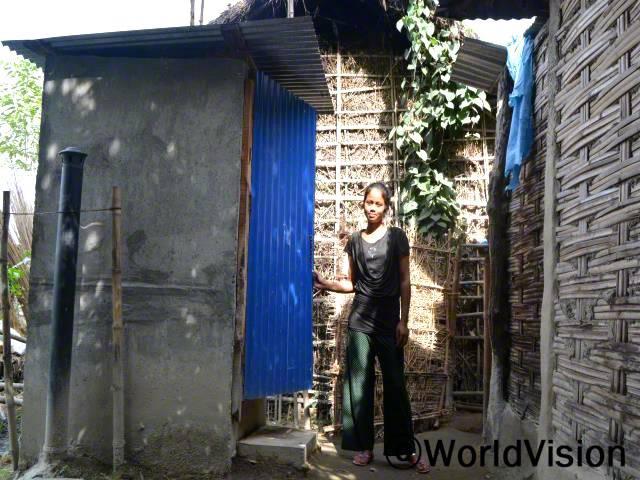 전에는 화장실이 없었어서 새벽이나 해가 진 밤에 밖에서 볼일을 봤었어요. 집에 화장실이 생기게 되어 기뻐요. -수쉬미타(18세)년 사진