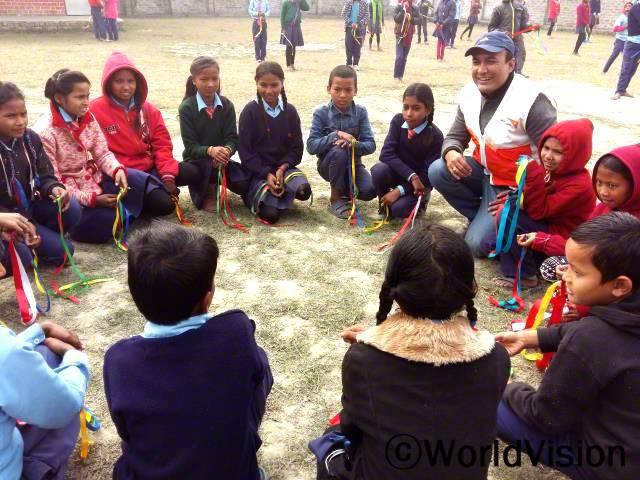 네팔 모랑 지역개발사업장 팀장인 비나야 아마트야와 함께 있는 아동들입니다.년 사진