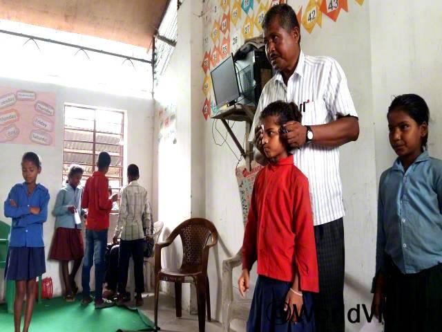 """""""오늘 학교에서 건강검진을 받았는데 건강하대요. 시력 검사에서 저는 모든 글자를 다 읽을 수 있었어요."""" – 술레카(10세, 시력 검사하는 아동)년 사진"""