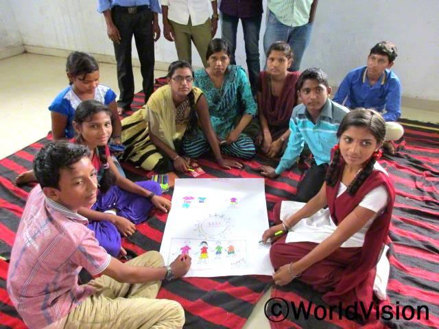 아동저널리즘 프로그램은 아동관련 문제에 대해 지역주민들의 관심을 끌어오는 방법에 대해 가르쳐줬습니다. -라리타(16세)년 사진
