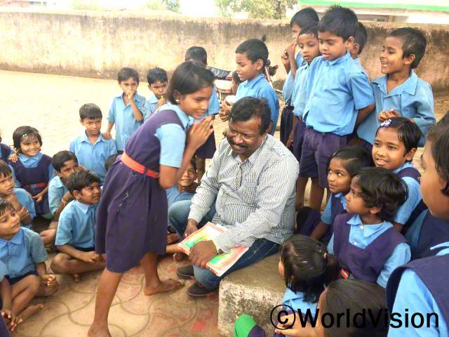 인도 아샤딥 지역개발사업장 팀장 드위 데이빗 필립 씨와 지역사회 아동들입니다.년 사진