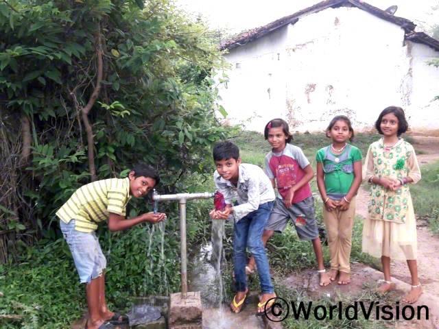 저희 지역에는 마실 수 있는 깨끗한 물이 없었어요. 이제 우리는 물 탱크와 파이프라인이 생겨 집 가까운 곳에서 깨끗한 물을 먹을 수 있게 되었어요. -갸넨드라(9세, 수도꼭지 오른쪽의 소년)년 사진