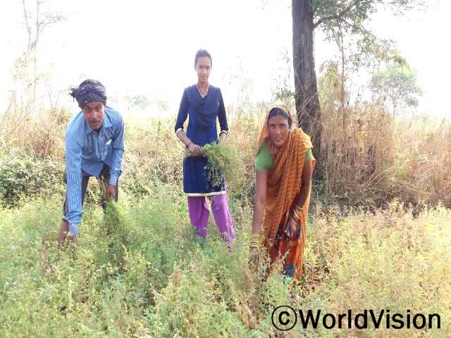 단와르(왼쪽, 아빠)는 두 번째 농작물을 심어 가족에게 더 나은 소득을 제공하는 것에 감사하고 있습니다.년 사진