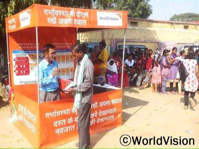 월드비전의 지원으로 시장에 천막을 설치하여, 먼저 교육을 받은 마을 주민이 다른 주민들에게가족 계획의 필요성과 방법, 결과를 친절하게 설명합니다.년 사진
