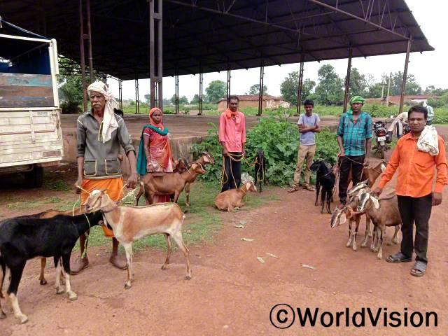 """""""월드비전의 도움으로 가축을 받은 덕분에 소득이 점차 안정되어 가족의 끼니를 잘 챙길 수 있게 되었어요."""" –파르마난드(38세, 맨 오른쪽)년 사진"""