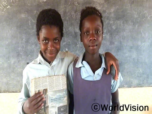 저는 교육이 중요하다는 것과 제가 너무 어릴 때 결혼하는 것이 좋지 않다는 사실을 알게 되었어요. 저는 의미있는 삶을 살아갈 가치가 있어요. 다른 여자아이들도 마찬가지고요. -리니어(11), 왼 쪽에 있는 아이년 사진