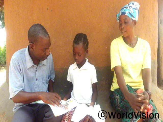 저희 마을에 있는 몇명의 아이들은 2~5년 전에 학교를 다니기 시작했지만 읽기에 어려움을 느끼곤 해요. 부모님들과 선생님들이 아이들이 잘 할 수 있도록 많은 격려를 해줘야한다고 생각해요. 현지사업장 자원봉사자인 므와바(44)가 말했습니다.년 사진