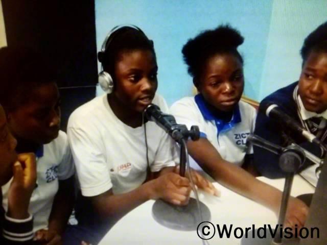 아동 권리와 보호를 위한 지역사회 홍보대사 중 한 명으로 활동하게 되어 기뻐요. 오늘 저희는 월드비전의 도움을 받아 아동 조혼 근절을 위한 인식개선 캠페인 메세지를 전하기 위해 이 곳, 라디오 방송국에 왔어요. -샤론(14세, 마이크를 들고 있는 아동)년 사진