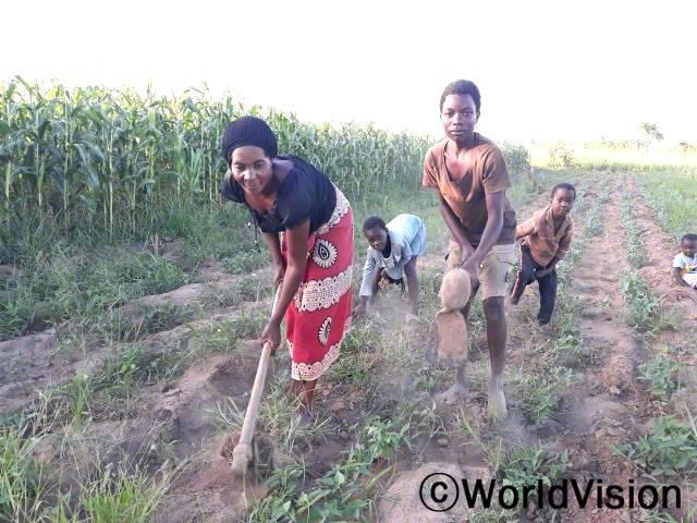 """""""월드비전의 도움으로 농업 교육을 받아 새로운 농법으로 농사를 짓기 시작했습니다. 덕분에 올해 양질의 농작물을 생산할 수 있게 되었고 마을의 농업 기술 발전에 보탬이 되었습니다."""" –주디스(네 아이의 어머니)년 사진"""