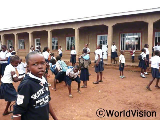 교실이 학생들로 꽉 찼었던 마을 학교에 교실 3곳이 세워졌습니다. 이제는 교실 당 학생 수가 국제교육기준에 맞게 학급 당 70명 이하로 줄었습니다.년 사진
