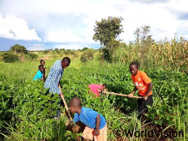 마나리아(주황색 티셔츠는)는 새로운 농사법을 통해 아빠가 학교 등록금을 마련할 수 있게 되어 기뻐요.년 사진
