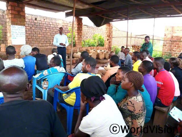 마을 주민들이 아동보호에 대해 논의하고, 실현 방법을 모색하기 위해 모였습니다. 아동보호는 마을에서 중요한 문제로 대두했고,함께 의논하고 적극 해결할 필요성이 생겨 마을 주민들은 회의를 개최했습니다.년 사진