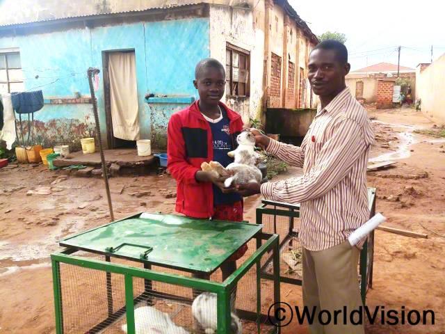 후원아동이 토끼를 지원받고 있습니다. 후원아동의 가정이 소득을 늘리고 안정된 생활을 할 수 있도록 돕습니다.년 사진