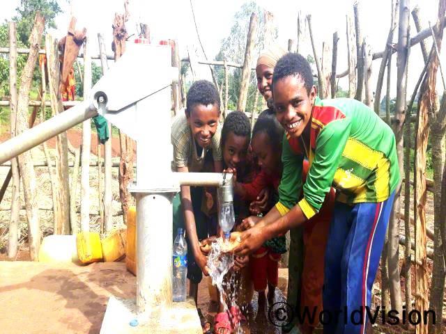 예전에는 물을 기르려면 세 시간을 걸어가야 했어요. 그런데 월드비전에서 마을에 작은 우물을 만들어 준 덕분에 깨끗한 물을 찾아 떠날 필요가 없어졌어요. -신타예후(13세)년 사진