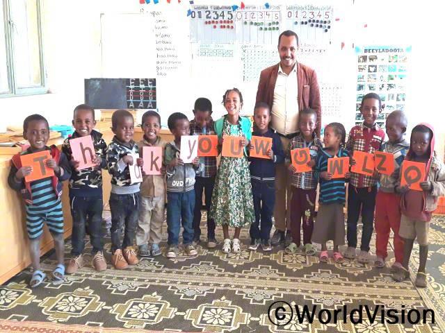 에티오피아 디겔루나 티조 지역개발사업장 팀장인 테스파예 시멜리스 씨가 아동들과 함께 있는 모습입니다.년 사진