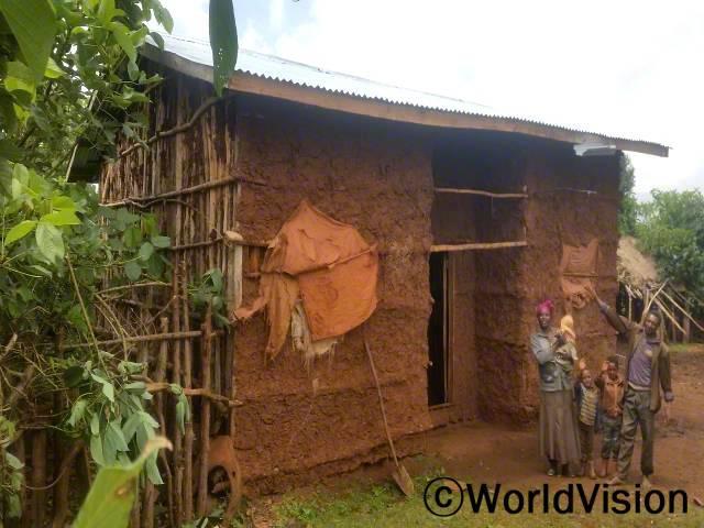 월드비전 덕분에 지역사회에 마을 단위 저축그룹도 생기고, 저희 집 지붕도 초가지붕에서 철판지붕으로 바뀌었어요. -키부(35세, 세 아동의 엄마, 저축그룹 멤버)년 사진