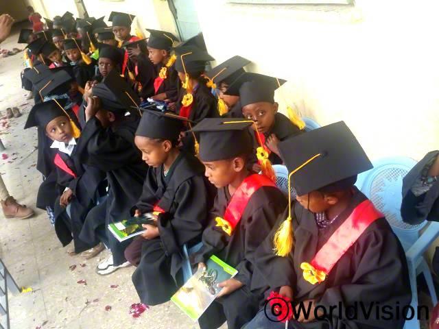 아동들은 유치원에서 충분한 지식을 배우고 졸업하여 이제 초등학교에 갑니다.