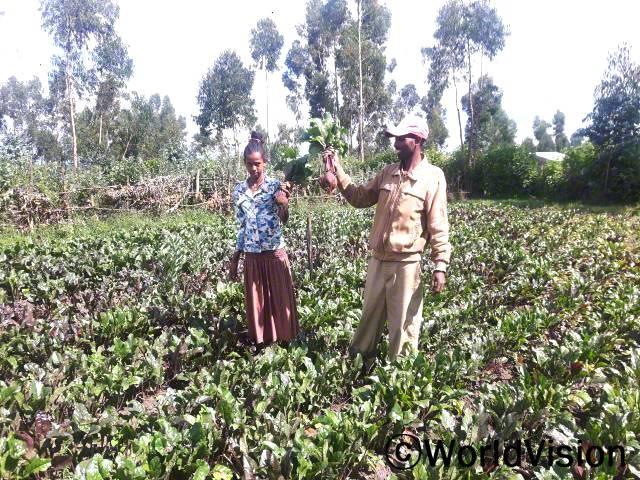 """""""월드비전의 도움으로 다양한 종류의 채소 종자와 농업 교육을 지원받았어요. 덕분에 올해 채소를 풍성하게 수확하여 가족의 끼니를 잘 챙길 수 있게 되었답니다. 정말 감사합니다."""" –타들(39세)년 사진"""
