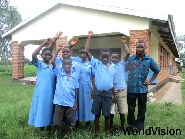 새로운 교실이 생긴 후, 애디슨(맨 오른쪽)과 그의 제자들은 더 이상 나무 아래에서 공부하지 않아도 돼요.년 사진