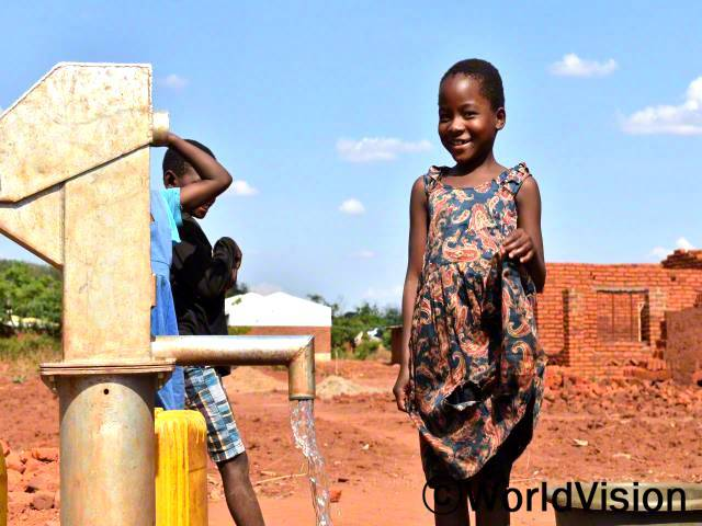 예전에는 물을 길으려면 5km를 걸어가야 했어요. 그래서 학교도 자주 지각했고, 성적도 안 좋았어요.그런데 월드비전에서 수도를 지어줘서 이제 마을에서 쉽게 물을 구할 수 있어요. - 조아나(11세)년 사진