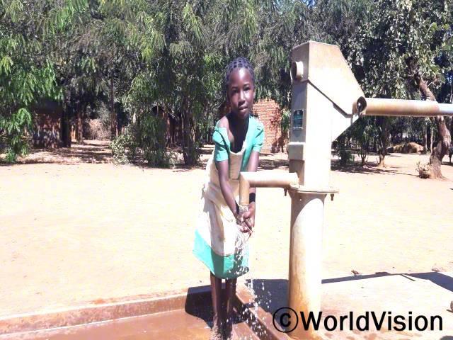 """""""전에는 8킬로미터나 되는 거리를 걸어 물을 길어오느라 학교에 지각했고 성적도 좋지 않았어요. 하지만 이제는 마을에 수도시설이 생겨서 언제든지 깨끗한 물을 이용할 수 있게 되었답니다."""" –마사(10세)년 사진"""