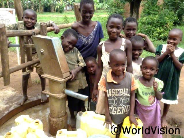 나만요니 마을에서 17개의 우물 시추 공사 후에, 아이들은 깨끗하고 안전한 물을 마실 수 있게 되었습니다. -샘슨(지역 의회장)년 사진