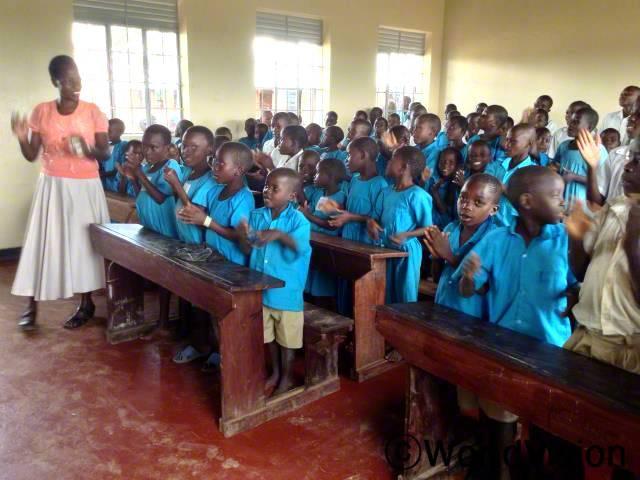 새로 만든 6개의 새로운 교실은 우리 아이들의 학습 환경을 개선 시켜 주었습니다. 교실 1개당 학생 비율은 1:140에서 1:60으로 줄었습니다. -음베일 (학교 감독관 )년 사진