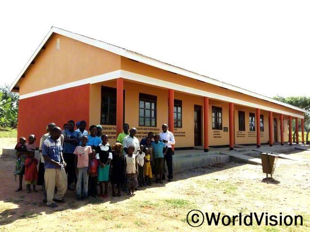 지역주민들과 아동들이 새로 건축한 교실을 보며 즐거워합니다. 이 지역에는 아동들이 공부할 교실이 부족했었습니다. 월드비전은 교육적 지원으로 공부할 수 있는 교실을 만들었습니다.년 사진