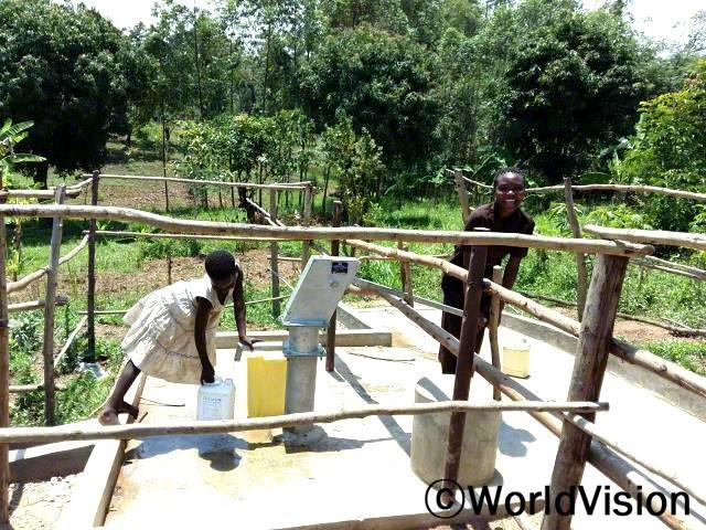물을 쓸 수 있도록 도와준 월드비전, 감사해요!  안젤라의 말입니다. 수돗가와 위생시설 개선을 위해서 월드비전이 수로를 뚫었습니다.년 사진