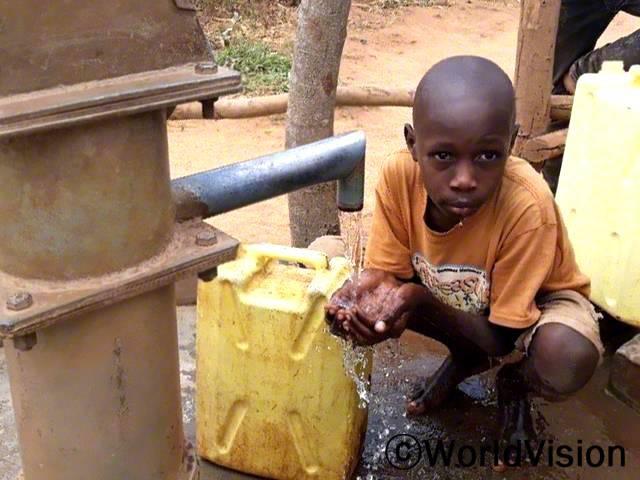 이제 물을 길으러 멀리 걸어가거나 오래 기다리지 않아도 돼요. 저희 집 근처에서 깨끗한 물을 얻을 수 있게 되었거든요. -파지리(13세)년 사진