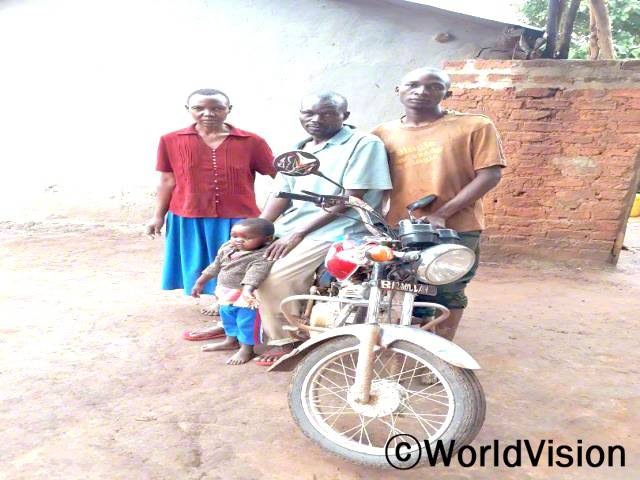 아키소페리 씨(가운데 앉아 있는)는 새로운 농사기술을 배웠고, 가족들을 더 잘 돌볼 수 있게 되었어요.년 사진
