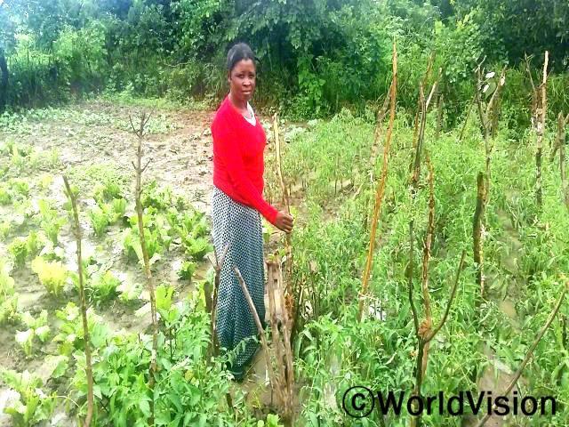저희 마을에서 우물을 만들고 난 후, 저희는 정원에 물을 줄 수 있고 채소들이 더 이상 마를 일이 없어요. -필드(엄마)년 사진