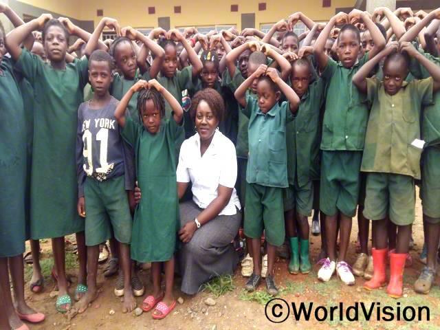 잠비아 마고예 지역개발사업장 팀장인 사보이 시치리마 시마시쿠와 함께 있는 아동들입니다.년 사진