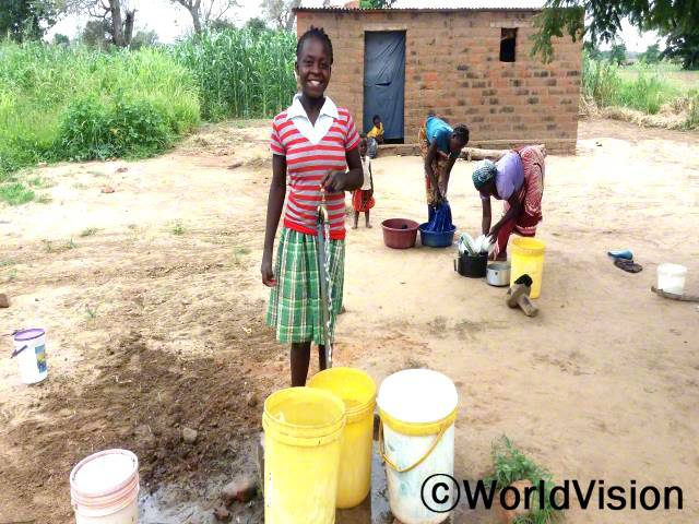 저희는 소나 염소도 물을 마시는 강가에서 물을 떠오곤 했어요. 마을에서도 굉장히 멀었고 마시기에 안전하지도 않았죠. 지금은 마을에서 깨끗한 물을 얻을 수 있어요. -웬디 (14세, 초록색 치마를 입은 아동)년 사진