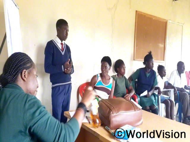 아동의회를 통해 우리는 처음으로 정부 담당자 그리고 마을 지도자와 함께 아동에게 영향을 주는 요인들에 대해 토론할 수 있는 기회를 가졌어요. -치무카(13세, 서 있는 아동)년 사진