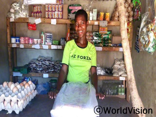 """""""월드비전에서 마을에 아동 저축그룹을 만들어 줬어요. 그곳에서 대출을 받아 작은 상점을 열었어요. 덕분에 책이나 학용품을 사고 학급비도 낼 수 있게 되었답니다. 제 꿈은 큰 가게를 열어 동생들을 잘 보살피는거예요."""" - 프리스카(16세)년 사진"""