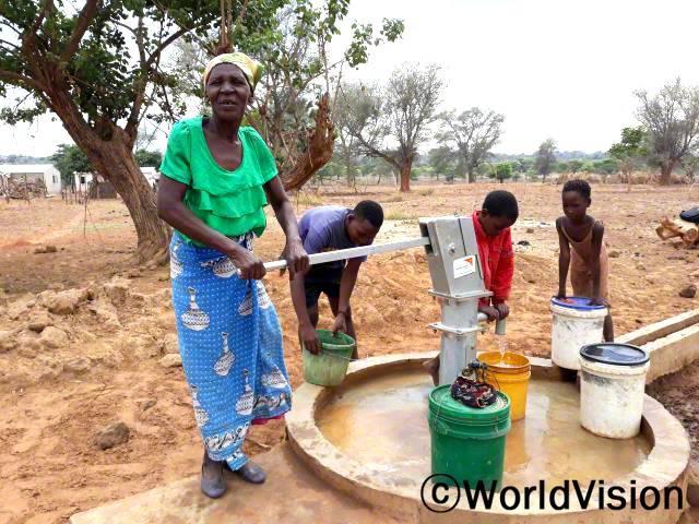예전에는 연못이나 강에서 물을 길어다 마셔서 설사나 콜레라 같은 질병에 자주 걸렸었어요. 그런데 월드비전에서마을에 수도를 설치해 준 덕분에, 이제는 깨끗한 식수를 마실 수 있어요. - 막델리나(62세)년 사진