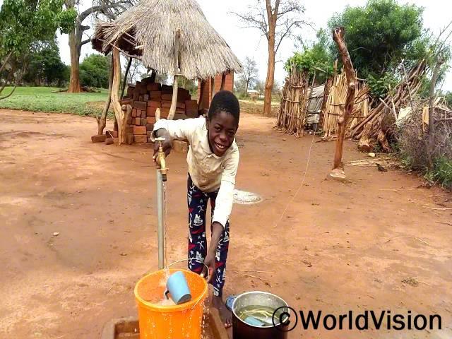 """""""전에는 물을 길으려면 먼 길을 걸어가야 했는데 이제는 마을에 수도시설이 생겨서 깨끗한 물을 쉽게 구할 수 있게 되었어요. 저는 지금 할머니를 대신해서 물을 기르는 중이랍니다."""" –오스본(8세)년 사진"""