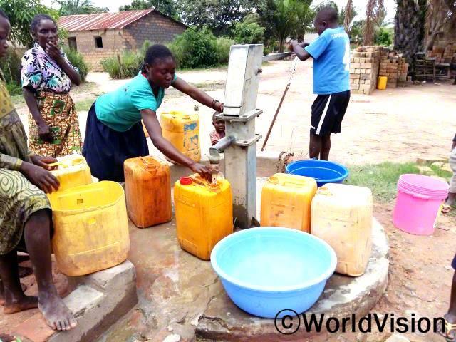설비와 우물 관리 교육은 저희가 식수시설을 잘 관리하는 데 큰 도움이 되었어요. 식수 펌프들은 아주 잘 작동하고 있고, 지역 내 모든 가족들이 사용할 수 있는 물을 공급하고 있어요. -티나(어머니, 보라색 블라우스)년 사진