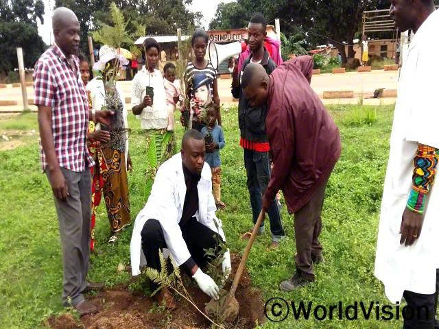 지역사회 주민들이 월드비전의 프로그램에 참여하며 환경보호를 위해 나무를 심고 있습니다.년 사진