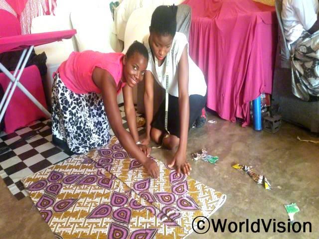 후원자님의 도움으로 마을 청소년들이 재봉 기술을 배웁니다.년 사진