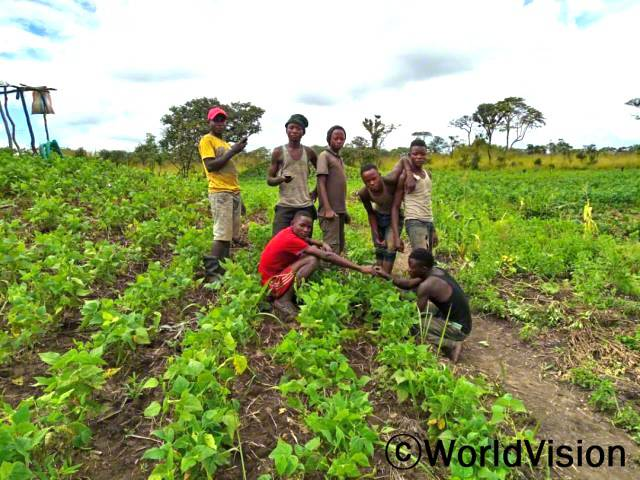 마을의 장인 광부들은 후원자님의 도움으로 농부로 직업을 전환하여 생계를 이어가고 있습니다.년 사진