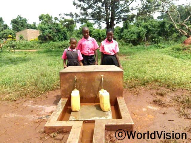 이제 깨끗한 물을 쓸 수 있게 됐어요. 레이첼(13세)이 말했습니다. 월드비전은 지역사회 식수 및 위생 개선 사업의 일환으로 지역사회에 깨끗한 상수도를 지원합니다.년 사진