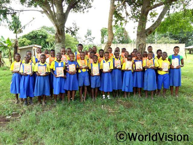 읽을 새 책이 생겼어요. 브렌다(13세)가 말했습니다. 월드비전은 아이들의 읽기 쓰기 실력 향상을 위해 학교에 교재를 지원했습니다.년 사진