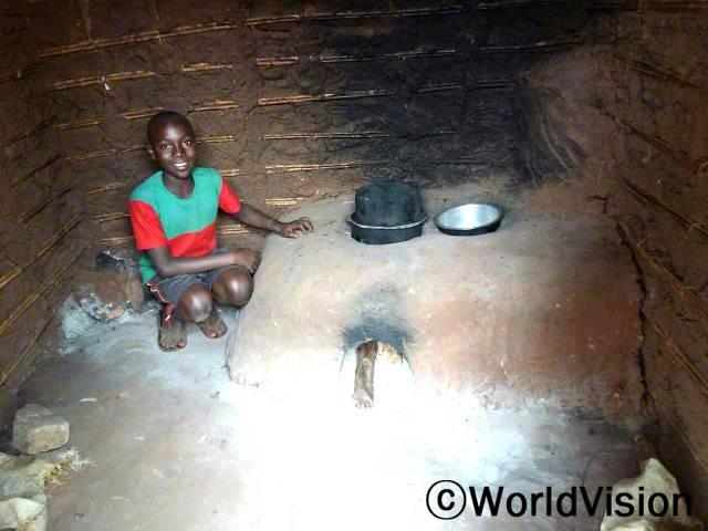 부모님께서 이 화덕을 이용해서 음식을 해주세요. - 사무엘(12세) 월드비전에서 주민들에게 에너지 절약형 화덕을 소개하고 환경을 보존할 수 있도록 도왔습니다.년 사진