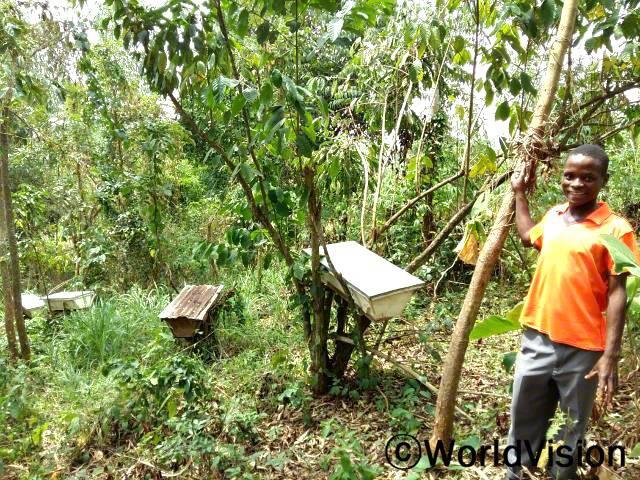 꿀을 팔아 돈을 벌며 우리 가족을 부양하고 있어요 - 제임스 지역사회 농부들은 월드비전에서 교육을 받고 양봉업을 하며 지역 경제를 발전시키고 있습니다.년 사진
