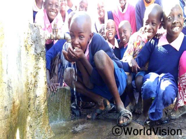 우리는 이제 깨끗한 물을 마시고 요리를 하고 청소도 할 수 있어요. 우리는 더이상 아프지 않고 학교에서 공부할 수 있어요. -나이파(11세)년 사진