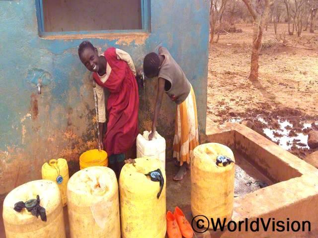 이전에는 며칠동안 씻지도 못하고 깨끗한 옷도 입지 못했어요. 이제는 우리집 가까이에서도 깨끗한 물을 구할 수 있게 되었어요. -사카이(8세), 왼쪽 아동년 사진