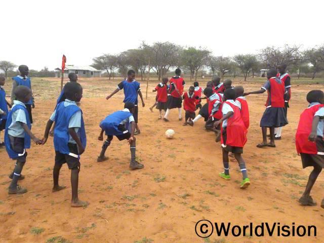 예전에는 학교에서 우리가 참여할 수 있는 게임이나 사회적인 활동이 없었어요. 이제 학교에 여러 기구와 장비들을 지원받아서 다양한 게임을 즐길 수 있게 되었어요. -나이토이(14세, 파란 유니폼을 입고 몸을 숙이고 있는 아동)년 사진